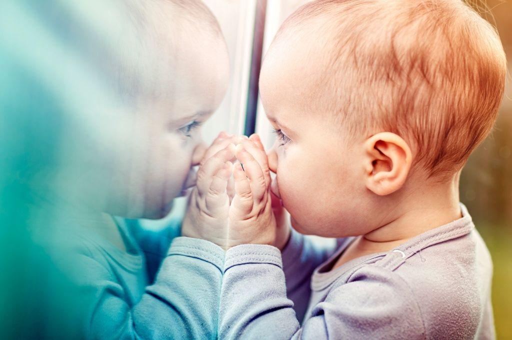 Τα παιχνίδια στον καθρέφτη βοηθούν δημιουργικά το παιδί στην ανάπτυξή του.
