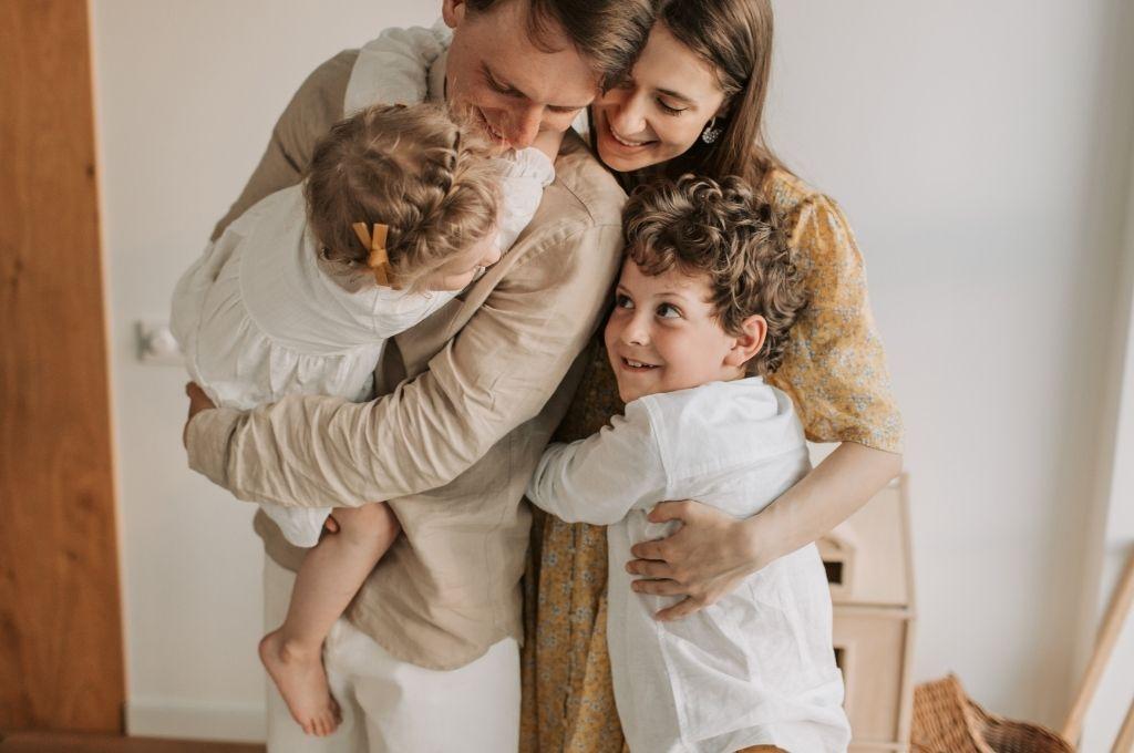 Πρέπει να συμπεριφερόμαστε στα παιδιά ως ισότιμα μέλη στην οικογένεια; —